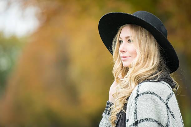 candid porträt-aufnahme im außenbereich, frau mit hut - lange jacken stock-fotos und bilder