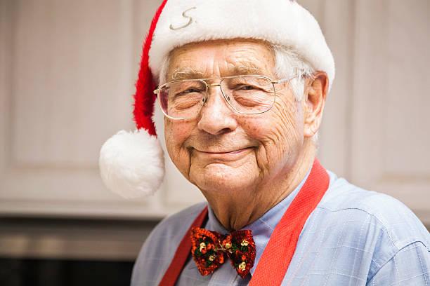 candid bild von chefkoch großvater santa in der küche - wie lange leben fliegen stock-fotos und bilder