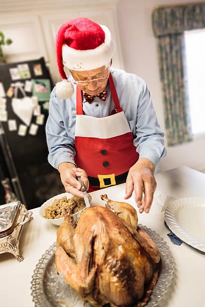 candid bild von opa santa vorbereitung weihnachts-abendessen - wie lange leben fliegen stock-fotos und bilder