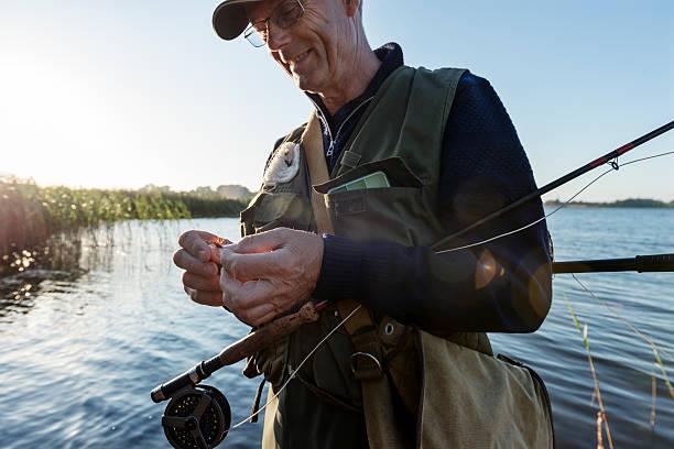 candid porträt eines fly fisherman sie ein fly - angeln dänemark stock-fotos und bilder