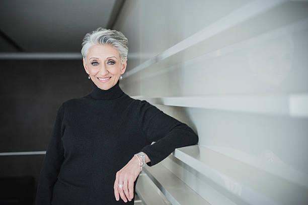 Candide Portrait de femme d'affaires mature au bureau moderne - Photo