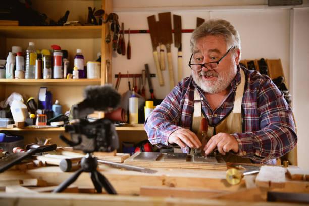 kanterliches porträt des reifen schreinervlogs - do it yourself videos stock-fotos und bilder