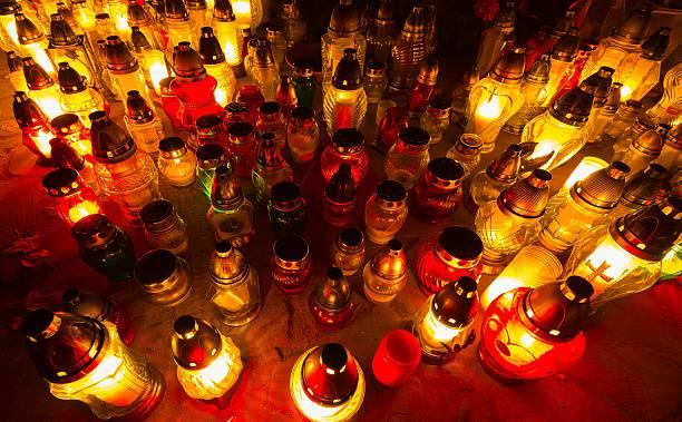 Świeca płomienie transiluminacji Cmentarz podczas wszystkich Saint's Day – zdjęcie