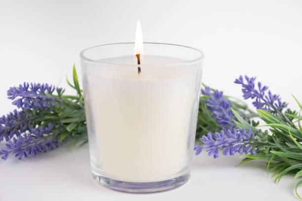 kerze in glas auf weißem hintergrund mit lavendel, produkt-mock-up - wachsblume stock-fotos und bilder