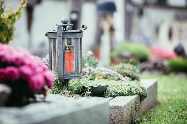 kerze/laterne am friedhof, beerdigung, trauer - trauer abschied tod stock-fotos und bilder