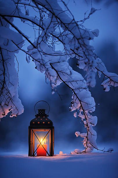candle lantern in the snow - 랜턴 뉴스 사진 이미지