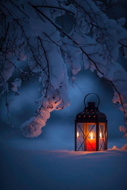 kerze laterne im schnee - kerzenlaterne stock-fotos und bilder