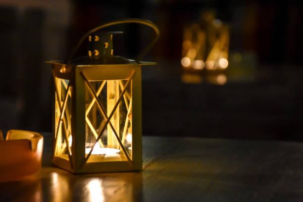 candle lanterns on restaurant tables - lanterna - fotografias e filmes do acervo