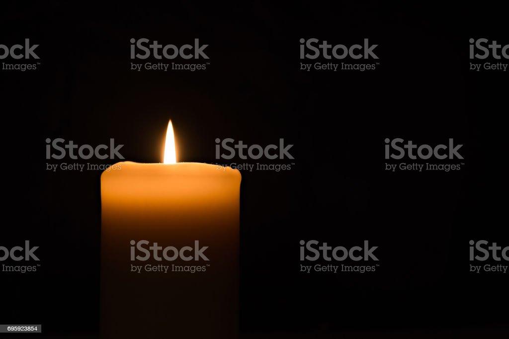 lumière de bougie sur le fond noir - Photo