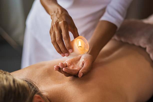 candle massage at spa - mão no chakras velas imagens e fotografias de stock