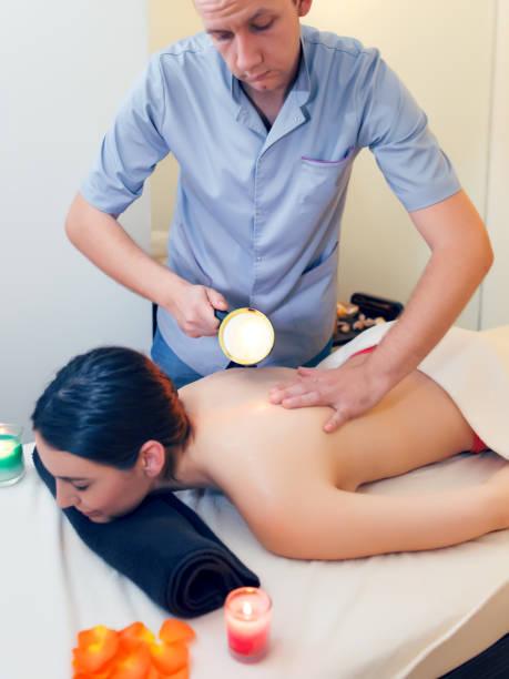 candle massage on back - mão no chakras velas imagens e fotografias de stock