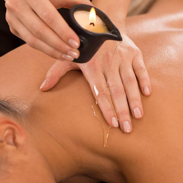 vela massagem nas costas - mão no chakras velas imagens e fotografias de stock