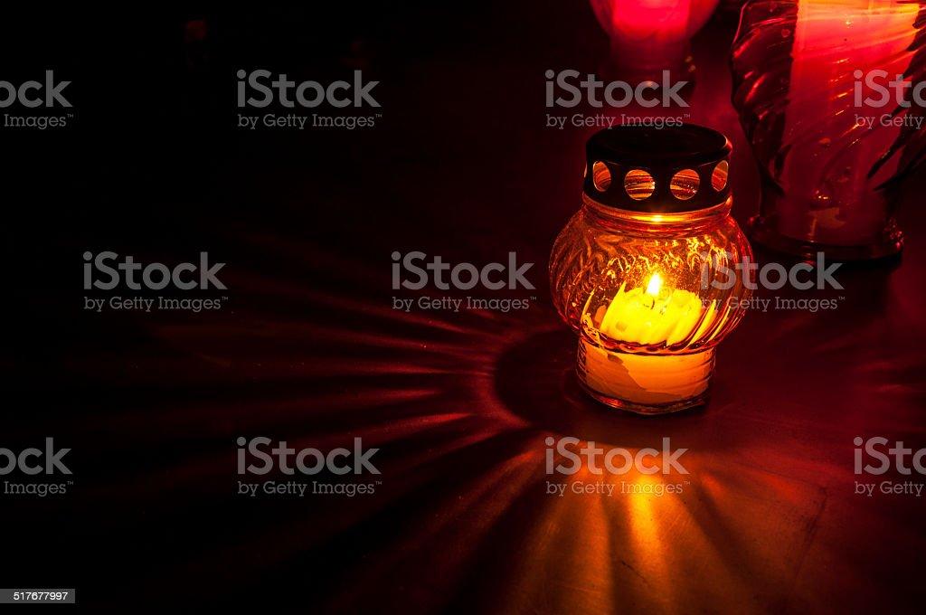 candle on cemetery - Royaltyfri Beskrivande färg Bildbanksbilder