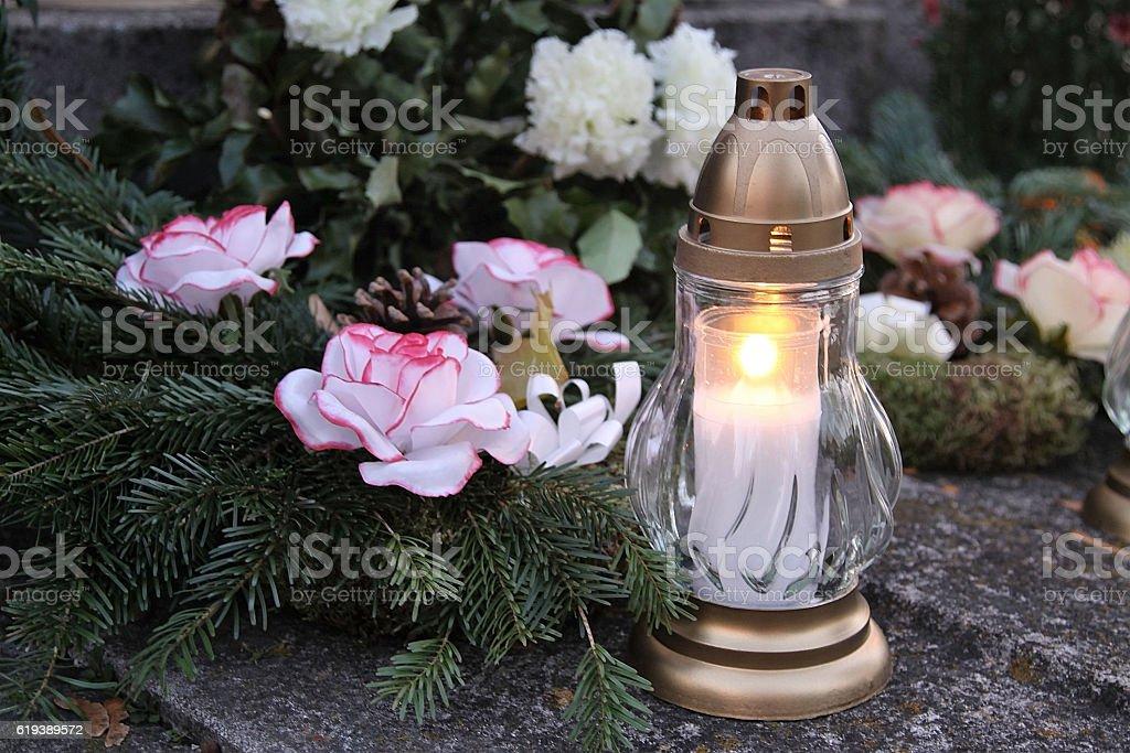 Candle on the grave - Royaltyfri Andlighet Bildbanksbilder