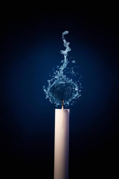 Kerze, die mit Wasserspritzer brennt. – Foto
