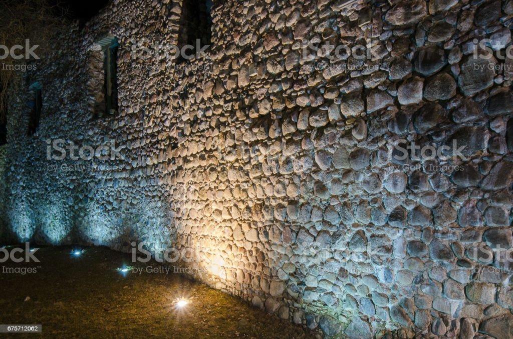 在古代堡壘牆的燭光行。 免版稅 stock photo