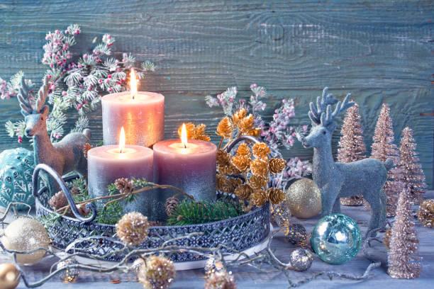 Kerzen und Weihnachtsdekoration – Foto
