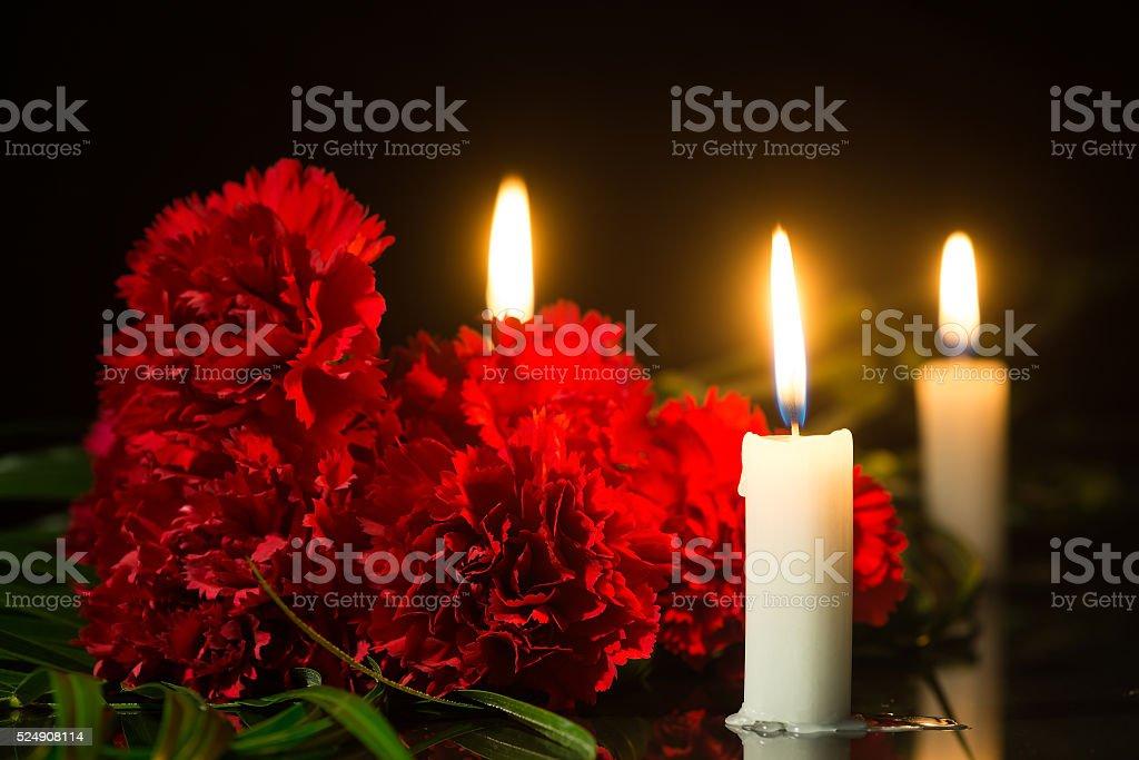 Kerzen und roten Blumen – Foto