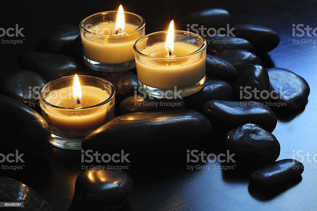 Kerzen und Steine Lizenzfreies stock-foto