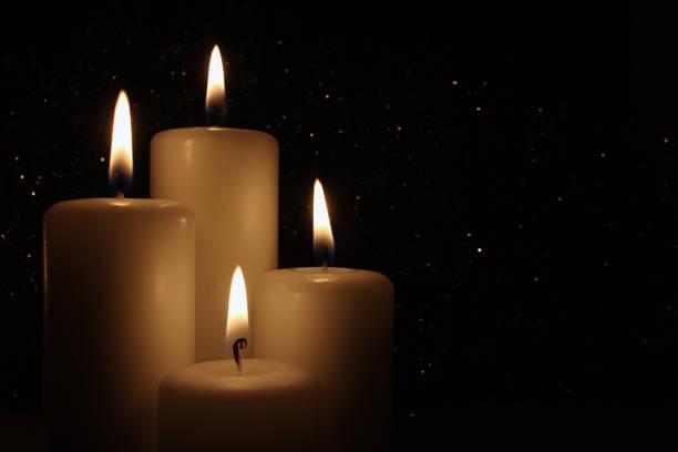 kerzen brennen in der nacht auf dunklem hintergrund. - trauer abschied tod stock-fotos und bilder