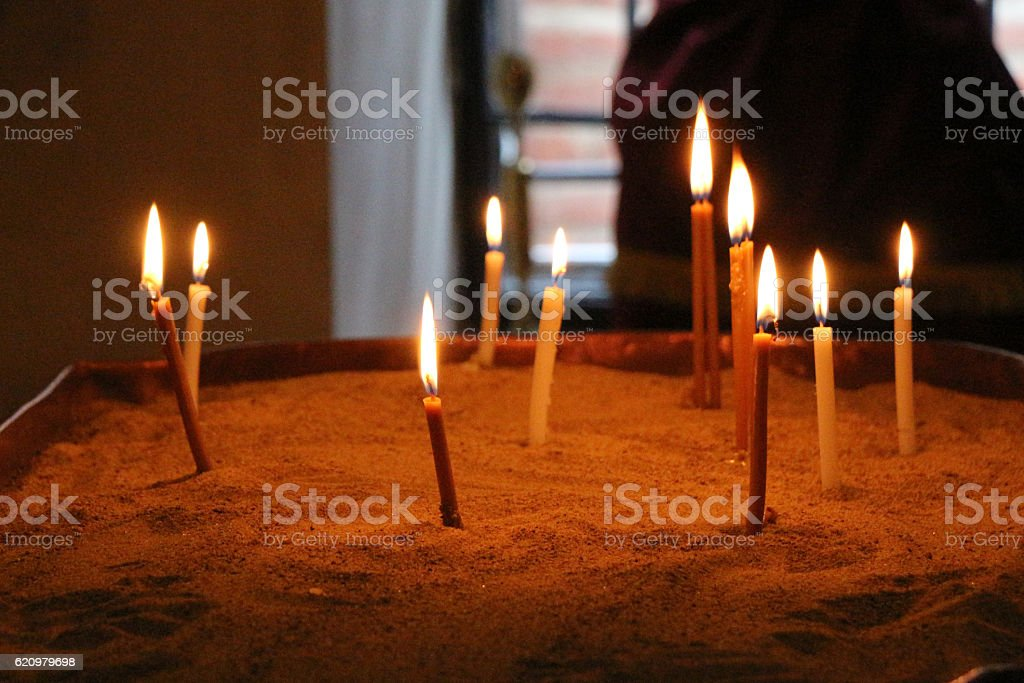 Candles burning over dark background foto royalty-free