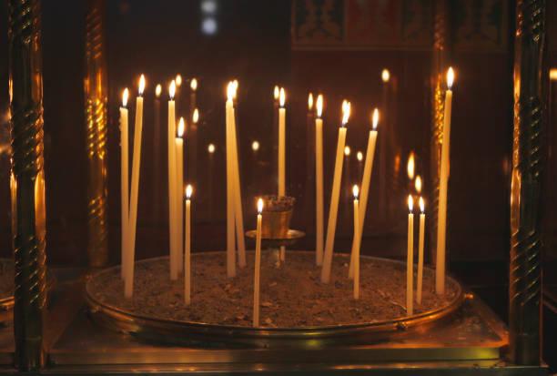 kerzen in der kirche - russisch orthodoxe kirche stock-fotos und bilder
