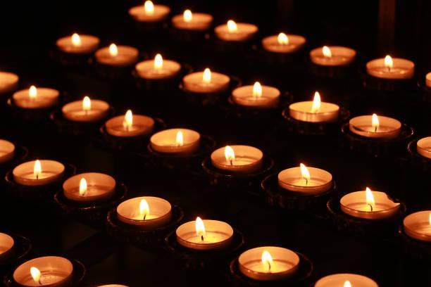 Kerzen in der Kirche  – Foto