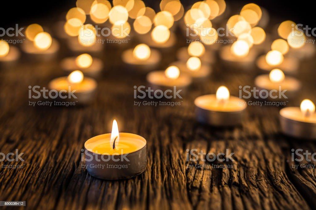 Bougies clair de l'Avent... Bougies de Noël brûlant pendant la nuit. Lumière dorée de la flamme de la bougie - Photo
