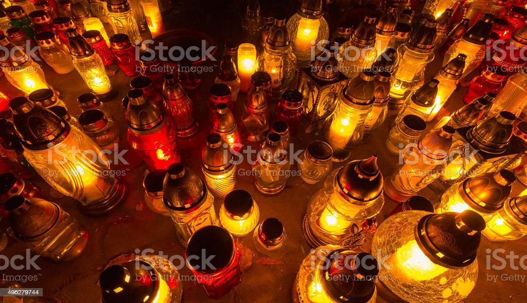 Świece na grobach wszystkie Saint's Day – zdjęcie