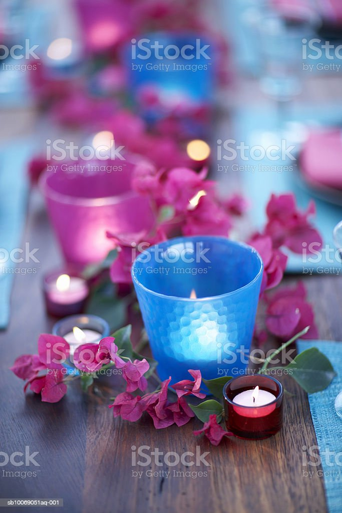 Candles with flowers on table,  close-up Lizenzfreies stock-foto