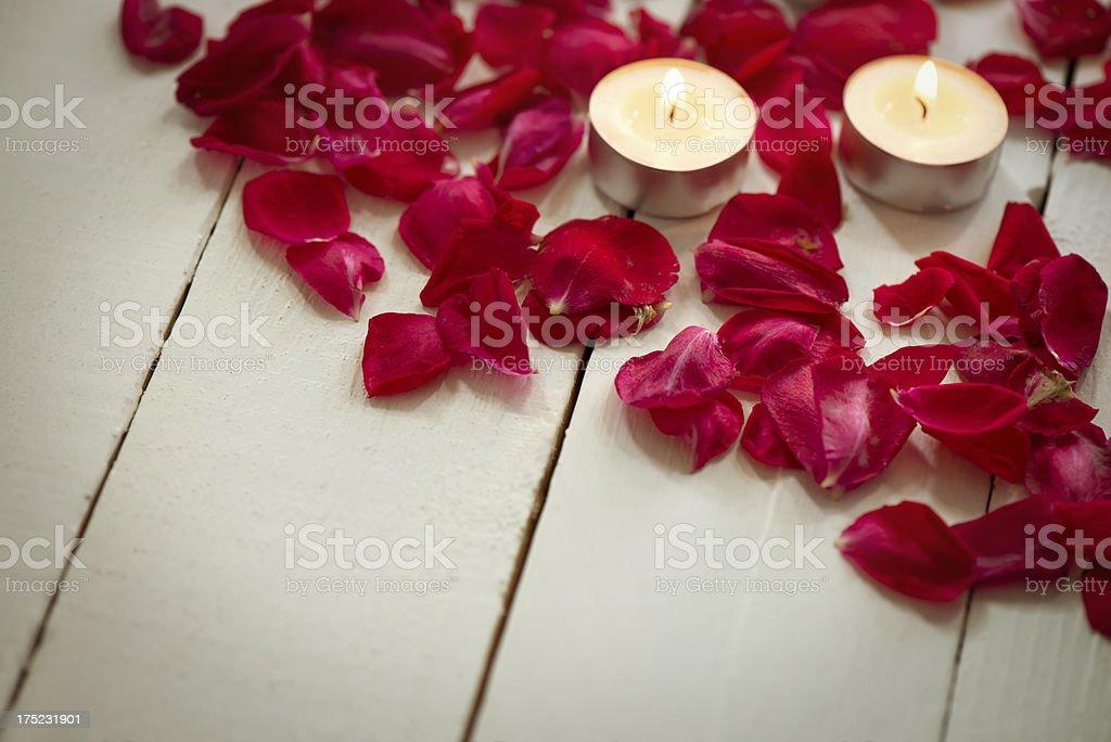 Velas Con Rosas Rojas Decoración Con Pétalos En Foto De