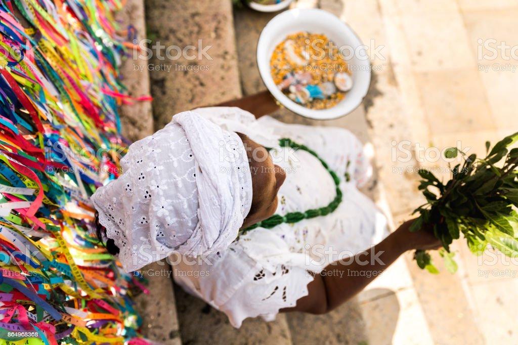 Sacerdotisa do Candomblé vestindo roupas tradicionais na igreja do Bonfim, em Salvador, Bahia, Brasil - foto de acervo