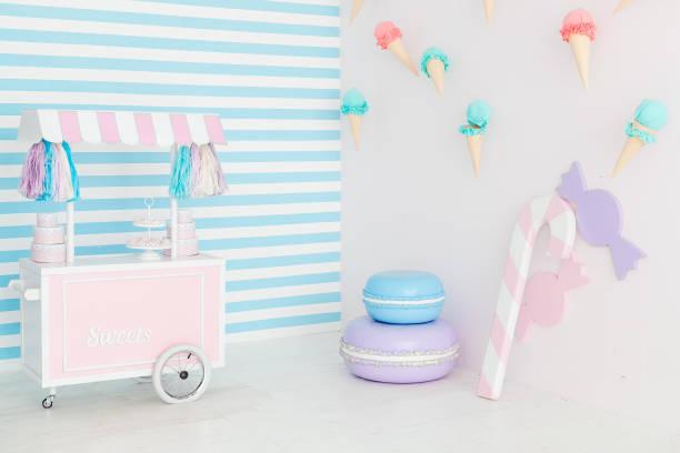 candy bar interieur mit eis auf wand - eis ballons stock-fotos und bilder
