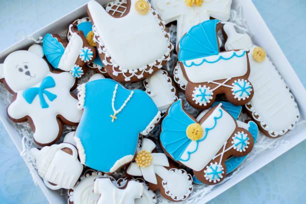 schokoriegel auf baby taufe der partei: verschiedene pfefferkuchen mit blauen mastix für kleinen jungen - geschenk zur taufe stock-fotos und bilder