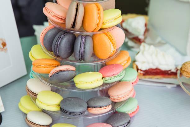 schokoriegel mit bunten macarons - cupcake türme stock-fotos und bilder