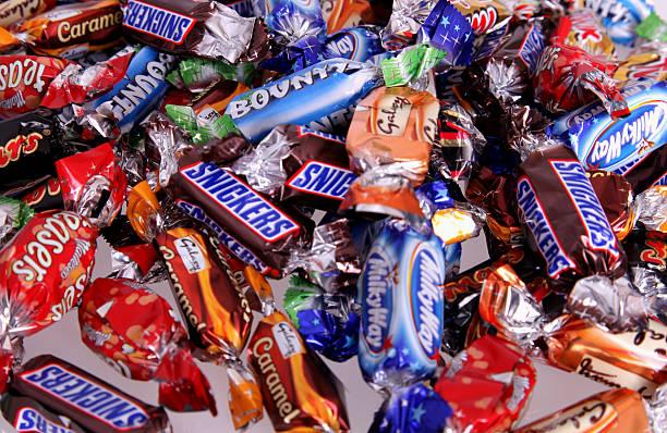 bonbon-kollektion - milky way stock-fotos und bilder