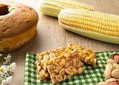 istock Candy with peanut: Pe de Moleque in Brazil and Chikki in India. Sweet food of Festa Junina, a typical brazilian party. Snack on wood table and plaid fabric. 959014456