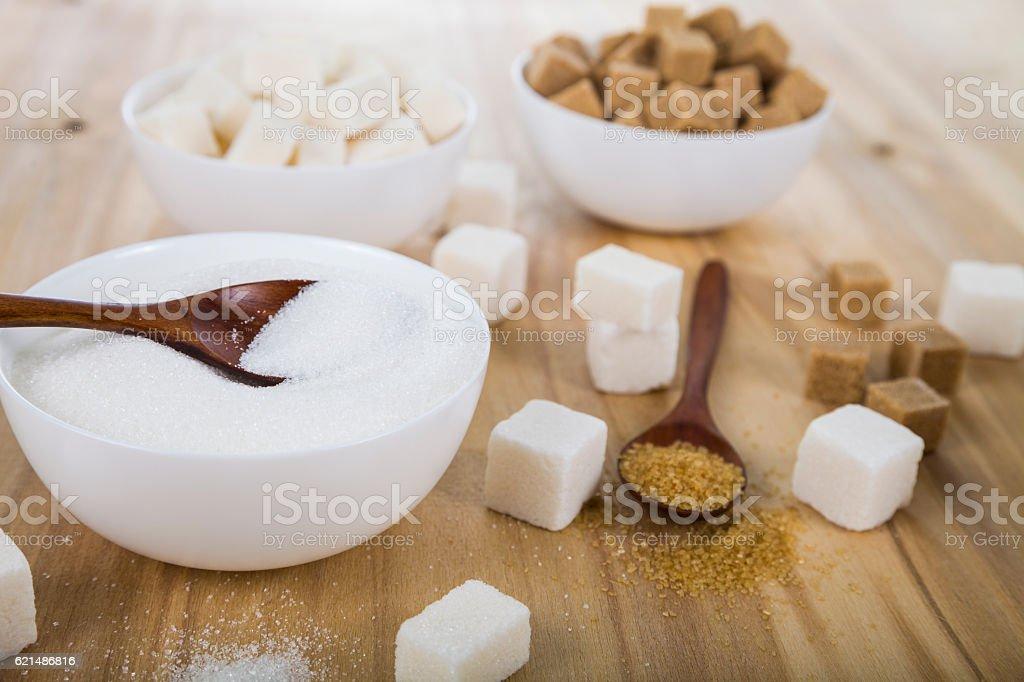 Canne et le sucre blanc dans un blanc bols photo libre de droits