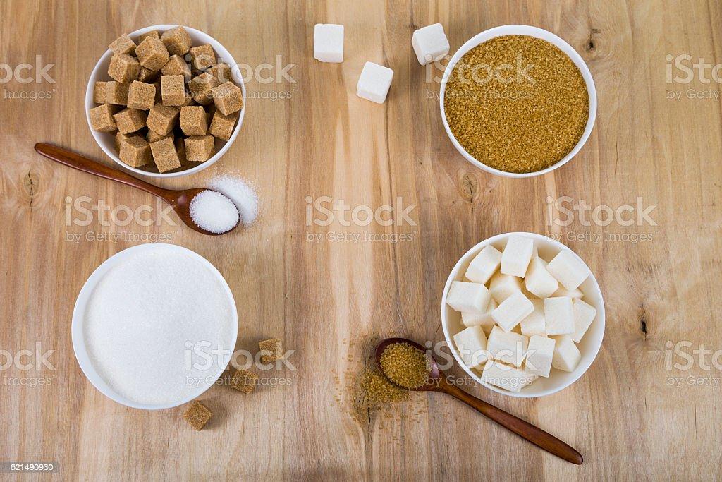 Zuckerrohr und weißen Zucker in einem weißen Schalen Lizenzfreies stock-foto