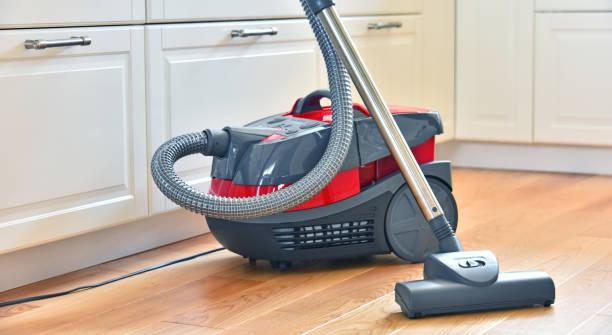 Kanister-Staubsauger für den privaten Gebrauch auf dem Boden – Foto