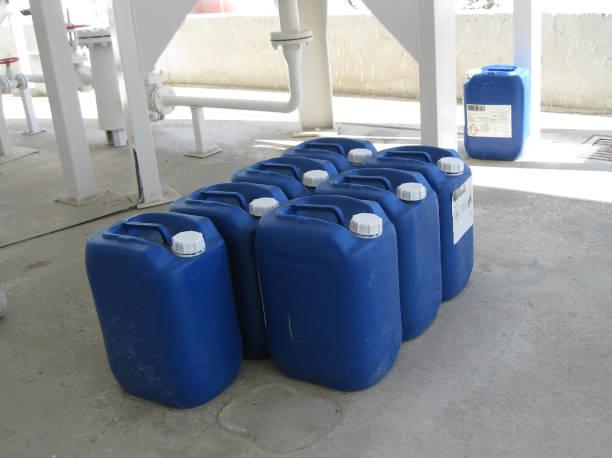 canisters mit ammoniak - basische lebensmittel tabelle stock-fotos und bilder