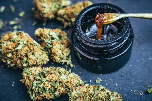 cannabis-konzentrat wachs & getrimmte marihuana blütenknospen - wachsblume stock-fotos und bilder
