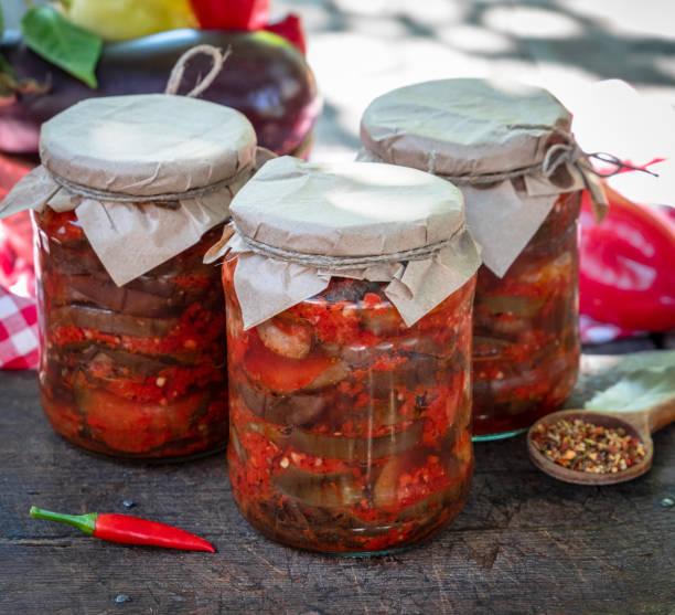 auberginenscheiben in würzig in dosen - peperoni stiche stock-fotos und bilder