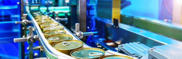 konserven auf dem förderband im distributionslager - nahrungsmittelfabrik stock-fotos und bilder
