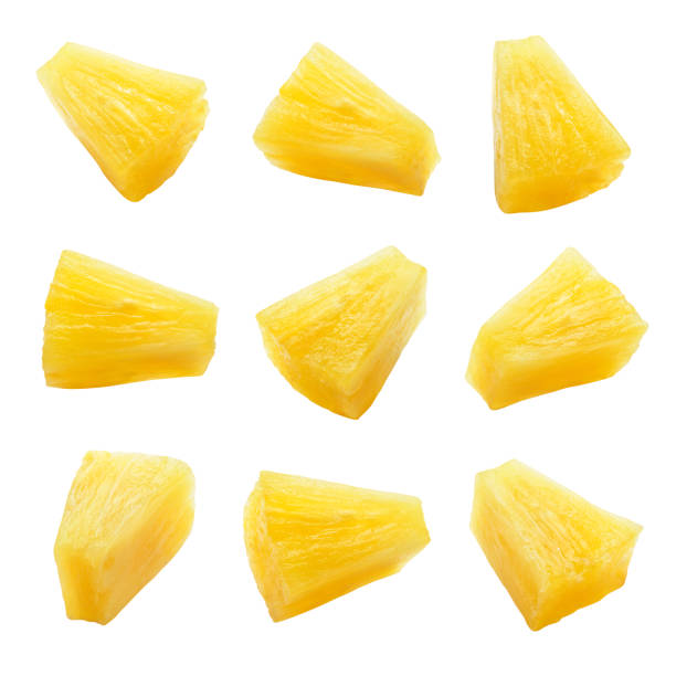pedaços de abacaxi enlatados. fatias do abacaxi isoladas. jogo de pedaços do abacaxi. trajeto de grampeamento. - fatia - fotografias e filmes do acervo