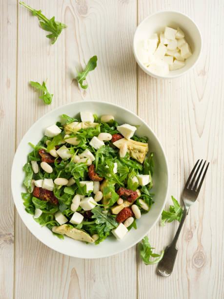 cannelloni-bohnen mit artischocken-rucola-salat - artischocken gesund stock-fotos und bilder