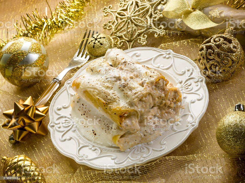cannelloni über golden christmas table – Foto