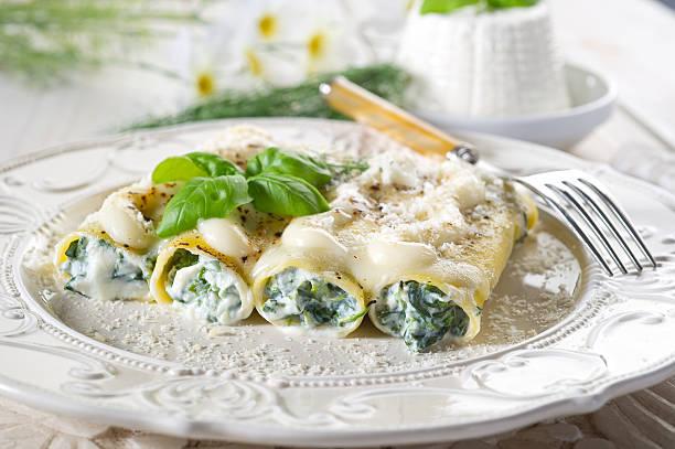 cannelloni gefüllt mit ricotta und spinat - ricotta stock-fotos und bilder