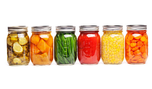 in konserve abfüllen speisen krüge aus der dose gemüse im glas-aufbewahrung bewahrt - farbiges glas stock-fotos und bilder