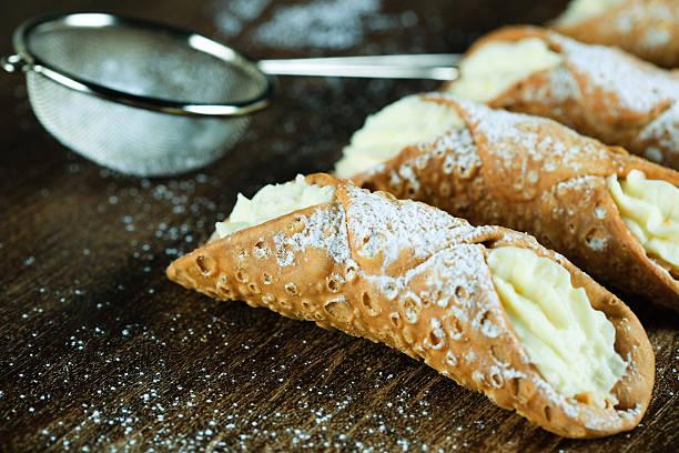 cannoli italienisches gebäck - cannoli stock-fotos und bilder